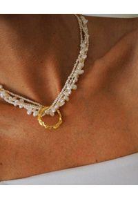 HERMINA ATHENS - Naszyjnik z perłami i okrągłą zawieszką Full Moon. Materiał: pozłacane, srebrne. Kolor: biały. Kamień szlachetny: perła