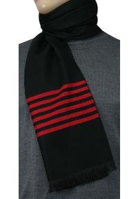 Czerwony szalik Adriano Guinari na zimę, w prążki