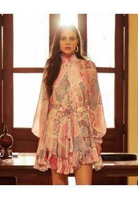 HEMANT & NANDITA - Wzorzysta sukienka mini. Okazja: na co dzień. Typ kołnierza: golf. Kolor: różowy, fioletowy, wielokolorowy. Materiał: materiał. Wzór: kwiaty, aplikacja. Sezon: lato. Styl: elegancki, klasyczny, casual. Długość: mini