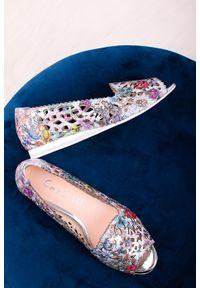 Casu - Wielokolorowe baleriny skórzane z odkrytymi palcami płaskie ażurowe w kwiaty casu ds-398. Nosek buta: otwarty. Kolor: wielokolorowy. Materiał: skóra. Wzór: kwiaty, ażurowy