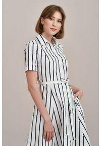 Marie Zélie - Sukienka Marina biała w granatowy prążek. Kolor: niebieski, biały, wielokolorowy. Materiał: bawełna, skóra, materiał. Wzór: prążki. Typ sukienki: szmizjerki