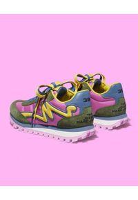 THE MARC JACOBS - Kolorowe sneakersy The Jogger. Nosek buta: okrągły. Kolor: zielony. Materiał: tkanina, zamsz. Wzór: kolorowy