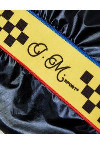 JOANNA MUZYK - Czarna bluza z krótkim rękawem. Typ kołnierza: kaptur. Kolor: czarny. Materiał: guma, bawełna. Długość rękawa: krótki rękaw. Długość: krótkie