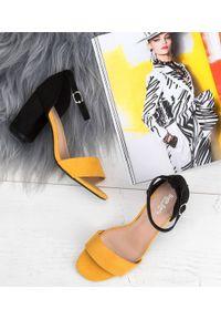 Żółte sandały na słupku SIXTH SENS w kolorowe wzory, eleganckie