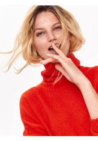 Pomarańczowy sweter TOP SECRET na jesień, długi, w kolorowe wzory, z golfem