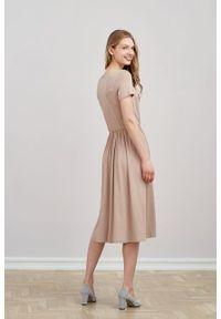 Marie Zélie - Sukienka Emelina beżowa mikromodal krótki rękaw. Kolor: beżowy. Materiał: wiskoza, dzianina, elastan, włókno, skóra, guma. Długość rękawa: krótki rękaw. Styl: klasyczny. Długość: midi