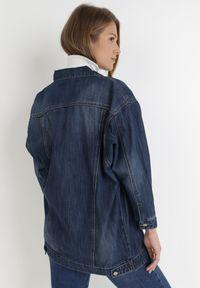 Born2be - Granatowa Kurtka Jeansowa Klesa. Typ kołnierza: kołnierzyk klasyczny. Kolor: niebieski. Materiał: jeans. Długość rękawa: długi rękaw. Długość: długie. Styl: klasyczny