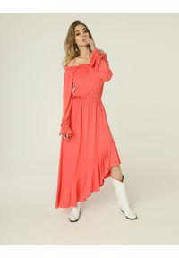 Madnezz - Sukienka Emma - koral. Kolor: pomarańczowy. Materiał: wiskoza, elastan. Typ sukienki: asymetryczne. Długość: midi