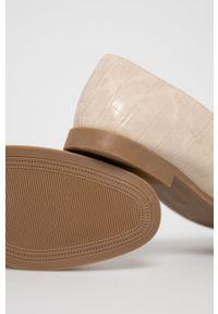 Answear Lab - Mokasyny Cink-Me. Nosek buta: okrągły. Kolor: beżowy. Materiał: guma. Obcas: na obcasie. Styl: wakacyjny. Wysokość obcasa: niski