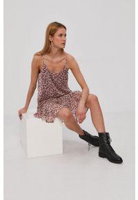 Jacqueline de Yong - Sukienka. Kolor: beżowy. Materiał: tkanina, poliester. Długość rękawa: na ramiączkach. Typ sukienki: rozkloszowane