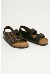 Brązowe sandały Birkenstock na średnim obcasie, gładkie, na klamry, na obcasie