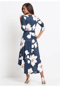 Długa sukienka z dłuższym tyłem i wiązanym paskiem bonprix ciemnoniebiesko-jasnoróżowo-biały w kwiaty. Kolor: niebieski. Wzór: kwiaty. Długość: maxi