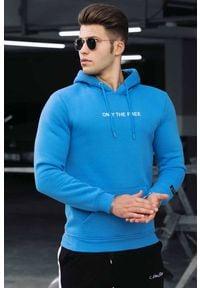 IVET - Bluza męska ALEXANDER BLUE. Okazja: na co dzień. Typ kołnierza: kaptur. Kolor: niebieski. Materiał: materiał. Wzór: napisy. Styl: casual