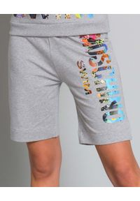 MOSCHINO - Spodenki z logo. Kolor: szary. Materiał: dresówka, materiał. Wzór: nadruk, kolorowy. Styl: elegancki