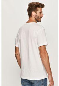 Biały t-shirt Calvin Klein Jeans casualowy, z nadrukiem, z okrągłym kołnierzem, na co dzień