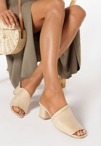 Born2be - Beżowe Klapki Laolane. Okazja: na co dzień. Nosek buta: otwarty. Kolor: beżowy. Wzór: jednolity, gładki. Obcas: na obcasie. Styl: casual. Wysokość obcasa: średni