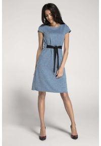 Nommo - Dzianinowa Niebieska Sukienka o Kroju Litery A z Wbudowanym Paskiem. Kolor: niebieski. Materiał: dzianina