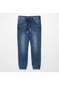 Cropp - Jeansowe joggery - Granatowy. Kolor: niebieski
