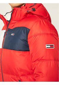 Tommy Jeans Kurtka puchowa Colourblock DM0DM09375 Czerwony Regular Fit. Kolor: czerwony. Materiał: puch