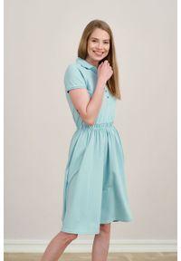 Marie Zélie - Sukienka Polo z gumką błękit laguny krótki rękaw. Okazja: do pracy, na co dzień. Typ kołnierza: polo. Długość rękawa: krótki rękaw. Typ sukienki: proste, sportowe. Styl: wakacyjny, sportowy, klasyczny, casual