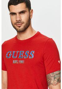 Czerwony t-shirt Guess Jeans z nadrukiem
