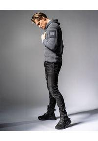 GUNS & TUXEDOS - Szary sweter z kapturem Cold Sunrise. Okazja: na co dzień. Typ kołnierza: kaptur. Kolor: szary. Materiał: wełna, jeans, materiał. Wzór: aplikacja. Styl: elegancki, casual