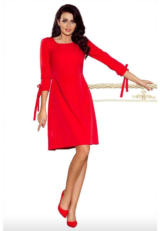 Numoco - Czerwona Sukienka z Kokardkami i Paskiem. Typ kołnierza: kokarda. Kolor: czerwony. Materiał: poliester, elastan