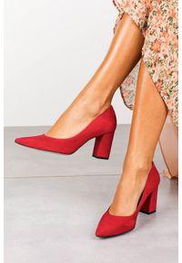 Czerwone czółenka Visconi w kolorowe wzory, eleganckie