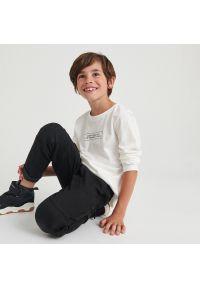 Reserved - Bawełniana koszulka z nadrukiem - Kremowy. Kolor: kremowy. Materiał: bawełna. Wzór: nadruk