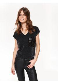 Czarny t-shirt TOP SECRET z dekoltem w serek, z krótkim rękawem, krótki