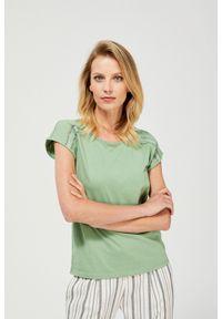 MOODO - T-shirt z ażurowym zdobieniem. Materiał: bawełna, koronka, poliester. Długość rękawa: krótki rękaw. Długość: krótkie. Wzór: ażurowy, aplikacja. Styl: klasyczny