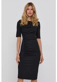 BOSS - Boss - Sukienka. Kolor: czarny. Materiał: tkanina. Długość rękawa: krótki rękaw. Typ sukienki: dopasowane