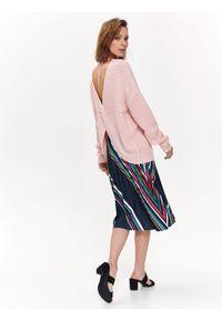 Różowy sweter TOP SECRET z dekoltem na plecach, w kolorowe wzory, na wiosnę