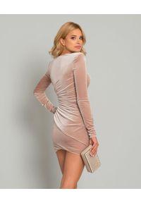 ALEXANDRE VAUTHIER - Aksamitna sukienka mini. Kolor: beżowy. Materiał: materiał. Długość rękawa: długi rękaw. Typ sukienki: asymetryczne. Długość: mini