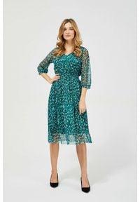 MOODO - Elegancka sukienka midi zielona. Okazja: na co dzień, do pracy. Typ kołnierza: dekolt w serek. Kolor: zielony. Materiał: szyfon, guma, poliester. Wzór: nadruk. Typ sukienki: baskinki. Styl: elegancki. Długość: midi