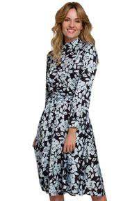 Sukienka ze stójką, rozkloszowana