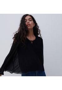 Reserved - Bluzka z plisowanej tkaniny - Czarny. Kolor: czarny. Materiał: tkanina