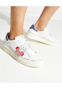 MOA Concept - MOA CONCEPT - Sneakersy z czerwoną naszywką z Myszką Miki. Nosek buta: okrągły. Kolor: biały. Materiał: guma. Wzór: aplikacja