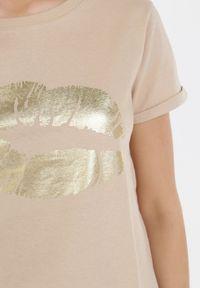 Born2be - Beżowy T-shirt Theamishia. Okazja: na co dzień. Kolor: beżowy. Materiał: bawełna, jersey, dzianina. Długość rękawa: krótki rękaw. Długość: krótkie. Sezon: lato. Styl: klasyczny, casual