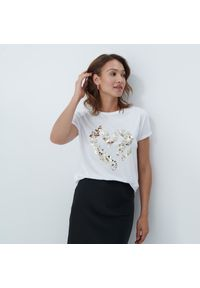 Mohito - T-shirt z błyszczącą aplikacją - Biały. Kolor: biały. Wzór: aplikacja