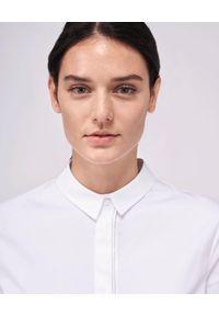 PESERICO - Biała koszula z aplikacją. Okazja: na co dzień. Kolor: biały. Materiał: bawełna. Wzór: aplikacja. Styl: casual