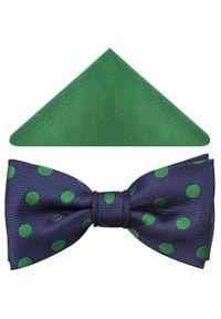 Modini - Granatowa mucha męska w zielone grochy A93. Kolor: niebieski, zielony, wielokolorowy. Materiał: tkanina, poliester. Wzór: grochy. Styl: elegancki