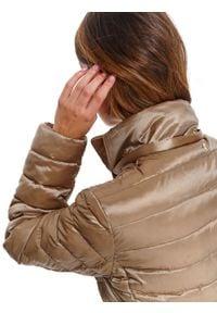 TOP SECRET - Puchowa kurtka z paskiem. Okazja: do pracy. Kolor: złoty. Materiał: puch. Długość: długie. Sezon: wiosna. Styl: elegancki, wakacyjny