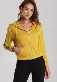 Renee - Żółta Bluza Rhenelaeno. Typ kołnierza: kaptur. Kolor: żółty. Długość: długie. Wzór: napisy, nadruk. Styl: klasyczny