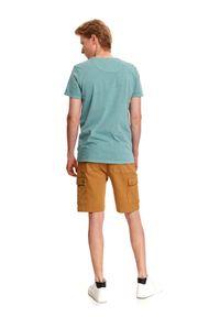 TOP SECRET - T-shirt męski z krótkim rękawem. Kolor: miętowy. Materiał: bawełna, tkanina. Długość rękawa: krótki rękaw. Długość: krótkie. Wzór: gładki, aplikacja. Styl: klasyczny