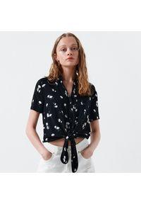 Cropp - Wzorzysta koszula z wiązaniem u dołu - Czarny. Kolor: czarny
