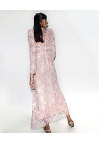 SELF PORTRAIT - Koronkowa sukienka maxi. Okazja: na komunię. Kolor: różowy, fioletowy, wielokolorowy. Materiał: koronka. Wzór: ażurowy, koronka. Typ sukienki: dopasowane. Styl: wizytowy, klasyczny. Długość: maxi