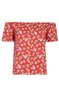 TOP SECRET - Bluzka z odkrytymi ramionami w kwiaty. Kolor: czerwony. Materiał: materiał. Długość rękawa: krótki rękaw. Długość: krótkie. Wzór: kwiaty. Sezon: zima, lato, jesień