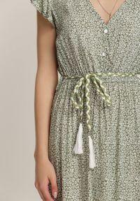 Renee - Zielona Sukienka Z Paskiem Veinhayi. Kolor: zielony. Długość rękawa: krótki rękaw. Wzór: aplikacja. Styl: boho. Długość: midi