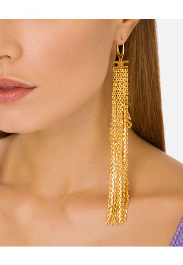 Elisabetta Franchi - ELISABETTA FRANCHI - Długie wiszące kolczyki z logo. Materiał: złote. Kolor: złoty. Wzór: napisy, aplikacja